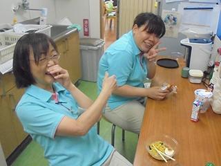 食事中に、所長が撮影に来て笑っています。